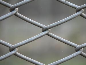 Comment installer un poteau de clôture de mailles de chaîne dans l'asphalte