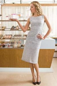 Comment porter correctement une robe fourreau (et un un décalage trop)