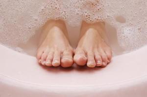 Comment faire pour faire tremper les pieds dans l'eau chaude