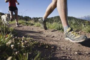 Exécutez-vous plus rapide plat coudé ou sur la plante des pieds ?