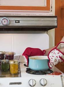 Comment faire pour nettoyer la graisse brûlée sur une plaque de cuisson