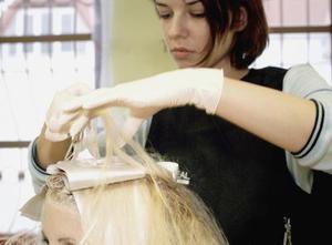 Comment faire pour teindre les cheveux Blond sur Top & noir sur fond
