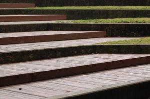 Comment construire des marches d'escaliers en bois en plein air