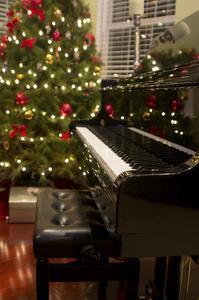 Comment décorer une salle de séjour avec un piano noir pour Noël