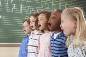 Comment faire petits enfants chantent sur la scène