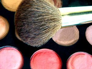 Comment porter le maquillage avec les yeux bruns foncés et les cheveux à la peau claire