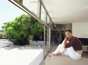 Idées de placement de meubles pour une salle de séjour avec une porte coulissante menant à la terrasse