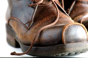 Comment faire brun foncé chaussures plus légères