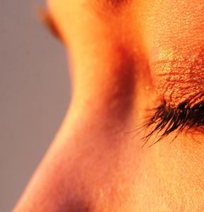 Lopération laser sur les yeux pour les enfants