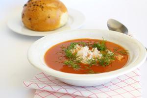 Comment propre renversé la soupe de tomate une chemise