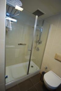 Combien d'espace entre une toilette & une douche ?
