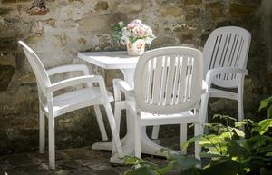 Comment nettoyer les meubles extérieurs en plastique blanc