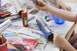 Navette spatiale artisanat pour les enfants à l'aide d'un papier hygiénique rouleau