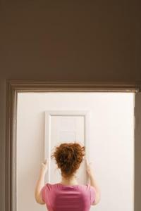 Comment faire pour coller un miroir sur une porte