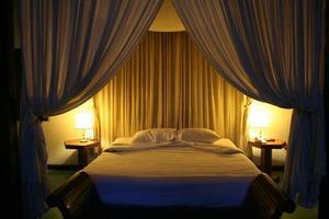 Comment accrocher des rideaux sur un lit à baldaquin