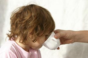 Comment l'eau salée se gargariser aide-t-il à un mal de gorge ?
