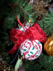 Comment réutiliser les boules de Noël de styromousse usé