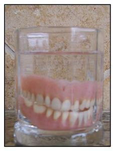 Types d'adhésifs pour prothèses dentaires