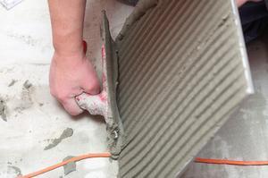 Comment faire pour installer des carreaux de travertin