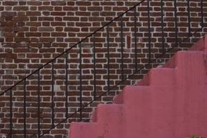 Comment installer une barre métallique sur les escaliers en béton