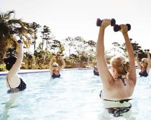 Équipement d'exercice sur la piscine