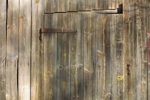 Comment accrocher les charnières de la porte de la grange