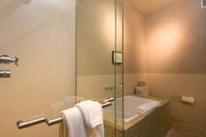 Comment installer des tringles à rideaux douche à ressort
