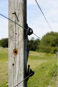 Comment fixer les poteaux de clôture au béton
