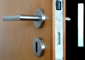 Comment faire pour supprimer une poignée de porte sans vis