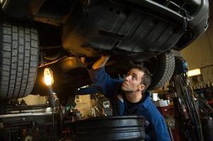 Comment changer une courroie de pompe à eau sur une Oldsmobile Aurora