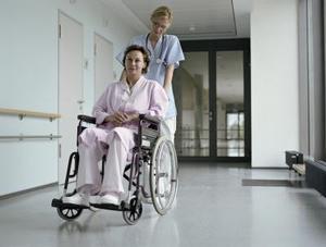 Comment faire pour transférer d'un lit à une chaise roulante