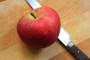 Comment puis-je prévenir la décoloration des tranches de pommes ?