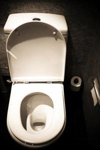 Comment faire pour augmenter le niveau d'eau dans les toilettes