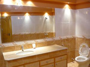 Quelle est la hauteur des comptoirs dans les salles de bains ?