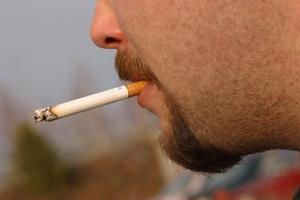 Comment puis-je les taches de goudron des cigarettes hors de ma moustache ?