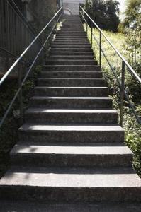 Comment faire pour installer des rampes d'escalier métallique en mesures concrètes
