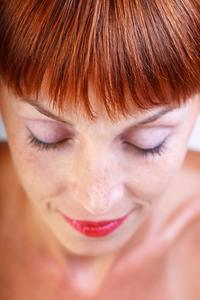 Comment assombrir la teinture pour les cheveux rouge