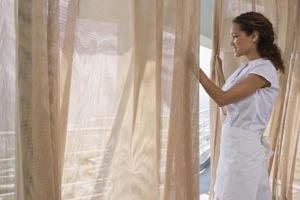 Comment teindre des rideaux de coton soleil-Faded