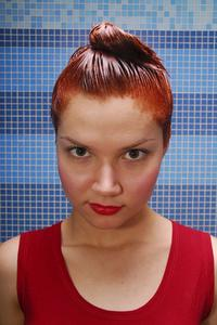 Comment mettre en évidence les cheveux blonds avec de la teinture de Kool-Aid