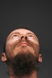 Comment mettre des faux cheveux avec de la gomme de l'esprit
