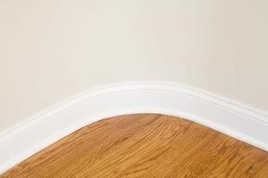 Comment faire pour installer des planchers en bois sur des surfaces inégales