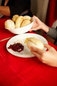Bonne façon de passer des aliments à la Table