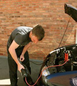 Comment recharger une batterie de voiture en toute sécurité