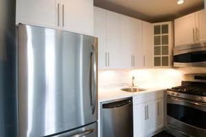 Comment arrêter une porte de réfrigérateur de frapper le mur lorsqu'il est ouvert