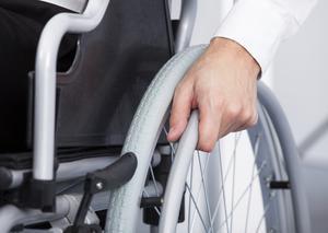 Comment attacher des pneus pleins à un fauteuil roulant