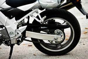 comment faire pour installer une roue arri re sur une moto de tiger triumph tr7. Black Bedroom Furniture Sets. Home Design Ideas