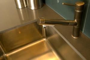 Comment réparer un évier en acier inoxydable qui est décoloré