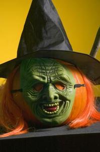 Halloween sorcière est confrontée sur les assiettes en papier