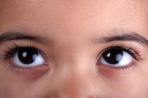 Comment nettoyer les yeux d'un jeune enfant