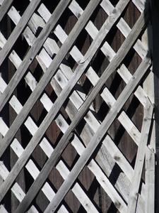 Comment attacher les treillages à une clôture d'intimité